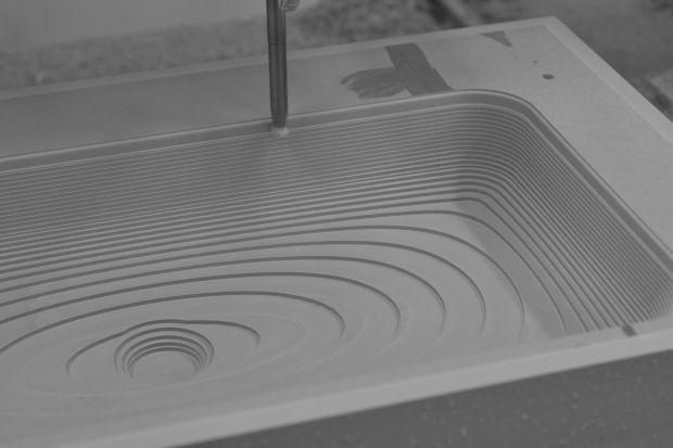 Ceramika sanitarna może przyjmować bardzo oryginalne formy. Plastycznym materiałem, umożliwiającym uzyskiwanie różnych kształtów jest np. kompozyt.