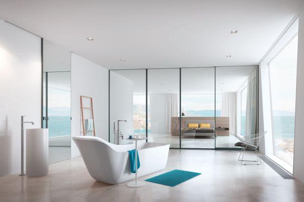 Jak w oryginalny sposób podzielić przestrzeń, np. pomiędzy łazienkę i sypialnią? Z pomocą przychodzą szklane ścianki z przesuwnymi drzwiami.