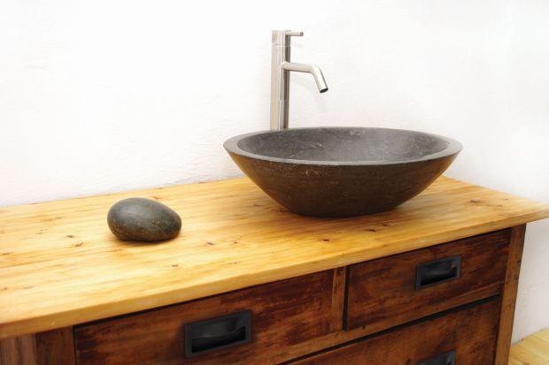 Zastosowanie czerni w aranżacji łazienki to znakomity sposób na dodanie wnętrzu charakteru. Najprościej (i najbezpieczniej) jest to zrobić za pomocą drobnych aranżacyjnych detali.