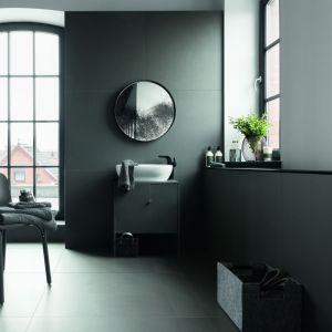 Łazienka w stylu industrialnym z płytkami Industrio Graphite marki Monolith. Fot. Tubądzin