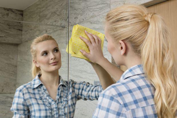 Jak pozbyć się smug i zacieków na szkle i lustrach w łazience? Prostym i niedrogim sposobem są ściereczki ze specjalną powierzchnią.