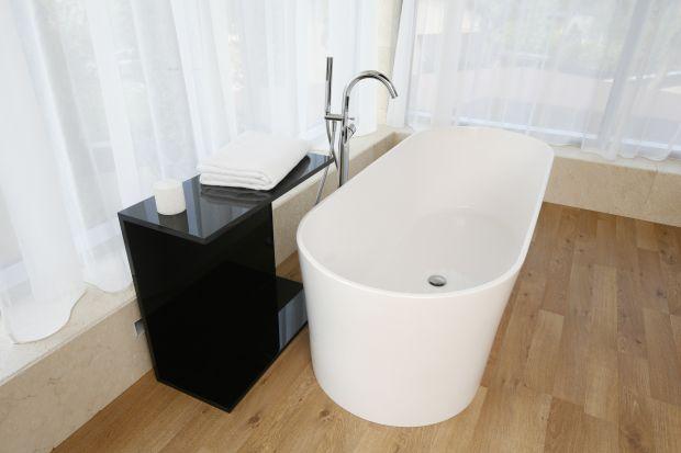 Podłoga drewniana stanowi niezaprzeczalną ozdobę łazienki. Zanim jednak zdecydujemy się na wybór konkretnych desek, warto mieć świadomość, że jest to materiał naturalny, a przez to zupełnie inny niż np. panele laminowane czy płytki. Co wart