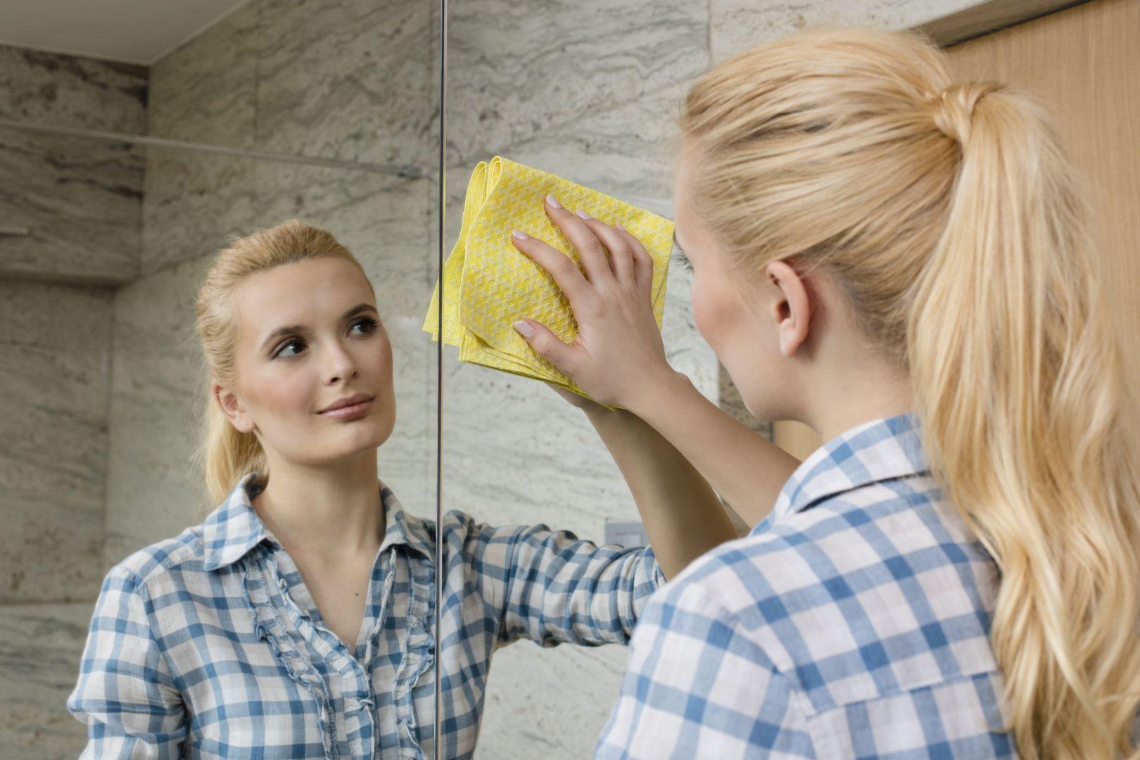 Ściereczki okienne Actifibre sprawdzą się w czyszczeniu luster. Fot. Vileda