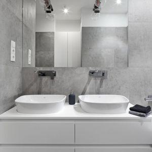 Obszerna szafka podumywalkowa oferuje miejsce na dwie umywalki nablatowe, dlatego z łazienki mogą wygodnie korzystać dwie osoby jednocześnie.  Proj. Katarzyna Mikulska-Sękalska. Fot. Bartosz Jarosz