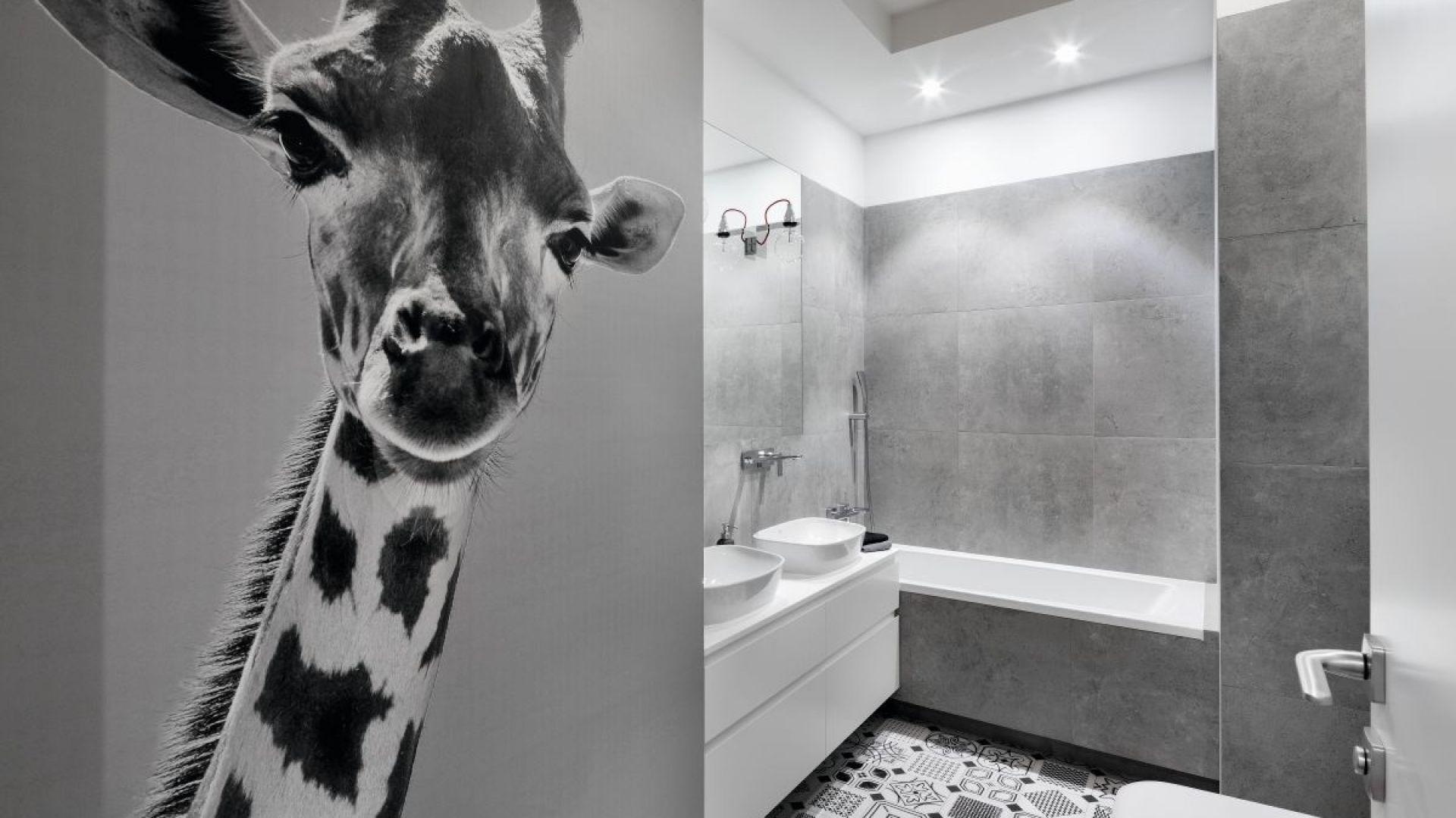 Główną bohaterką aranżacji łazienki jest sympatyczna żyrafa na fototapecie, która już od progu wita i zaprasza do kąpieli. Proj. Katarzyna Mikulska-Sękalska. Fot. Bartosz Jarosz