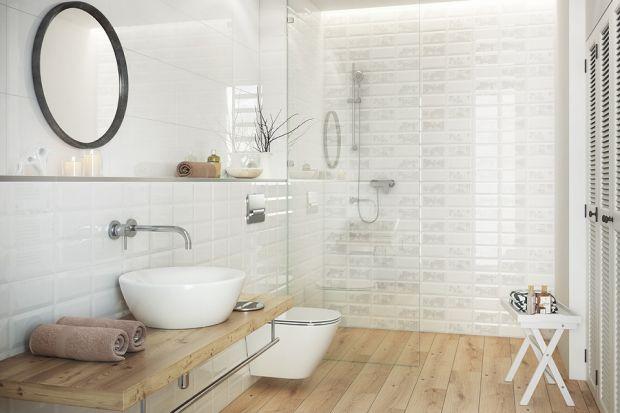 Płytki ceramiczne niczym stare kafle to jeden z bardziej urokliwych sposobów na wykończenie ścian w łazience.