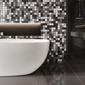 Projektując salon kąpielowy oparty na mozaice, warto sięgnąć po zróżnicowaną paletę kolorów. Płytkę Cambia mix możemy wykorzystać na przykład jako pełne elegancji tło dla wolnostojącej nowoczesnej  wanny. Fot. Cerrad