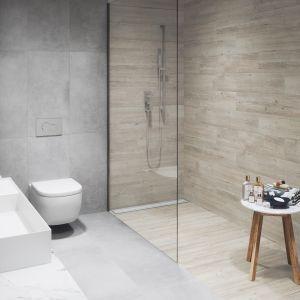 Strefę prysznicową można wydzielić korzystając z materiałów o zróżnicowanej fakturze, deseniu i wykończeniu powierzchni. Ciekawy efekt uzyskamy łącząc kolekcje Lukka i Laroya. Fot. Cerrad