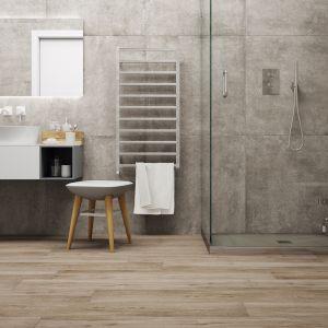 Beton i drewno możemy łączyć, rezerwując dla nich poszczególne płaszczyzny. Świetnie sprawdzają się aranżacje ścienne imitujące beton z kolekcji Montego dust, z którymi współgrać będą drewniane podłogi z użyciem płytek Mattina sabbia. Fot. Cerrad