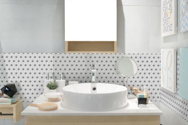 Sposobów na wykończenie ścian w łazience jest niemal nieskończenie wiele. Jednym z bardziej urokliwych są drobne wzory, w postaci mozaik lub dekorów na płytce.
