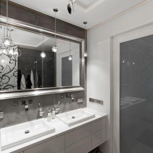Meble łazienkowe z gładkimi frontami bez uchwytów to ukłon w stronę minimalizmu. Proj. Agnieszka Buczkowska-Korlińska. Fot. Piotr Sadowski