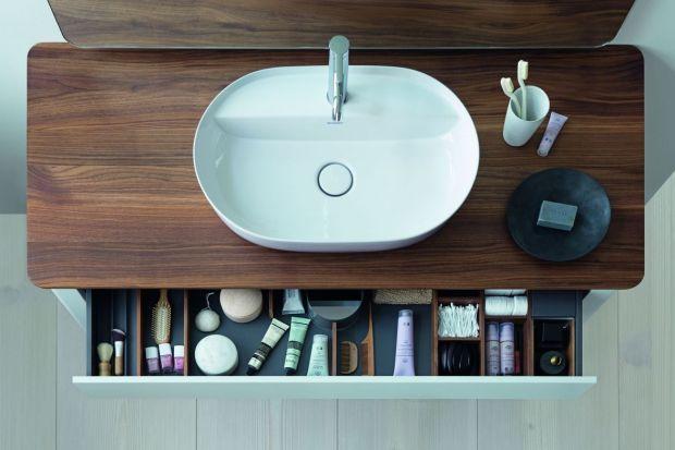 W łazience przechowujemy wiele przedmiotów - od kosmetyków, przez środki czystości po akcesoria. Warto zadbać o to, aby na wszystko znalazło się miejsce!