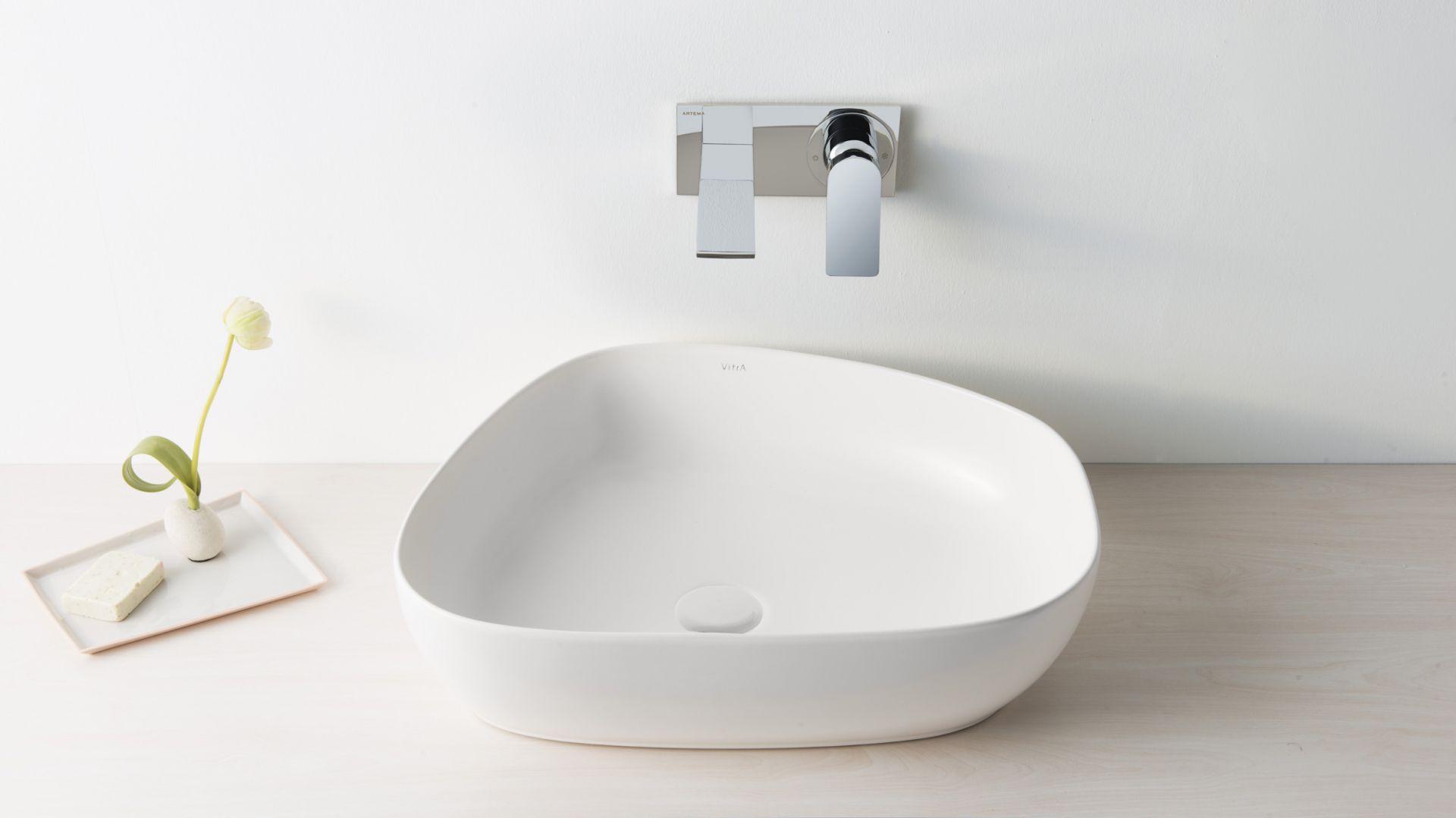 Nablatowa umywalka z serii Outline marki VitrA. Fot. VitrA