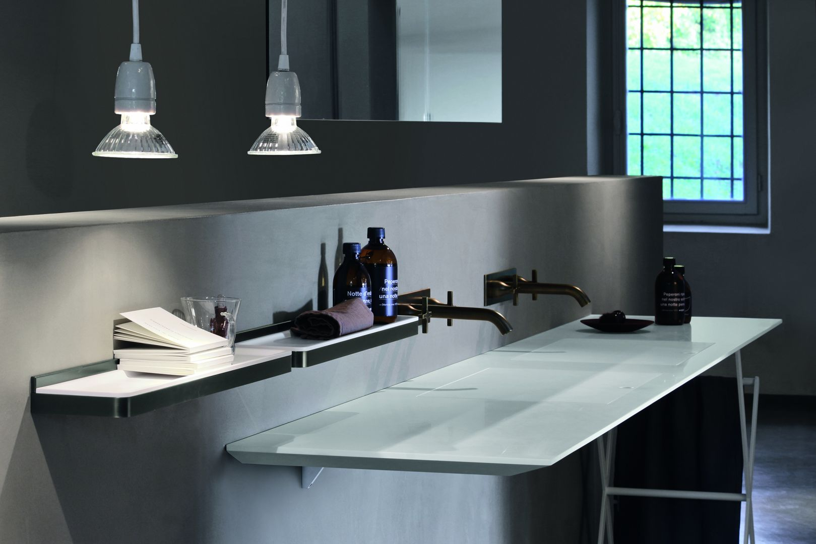 Cienkie umywalki i blat w jednym produkcie z programu EII marki Agape. Fot. Agape