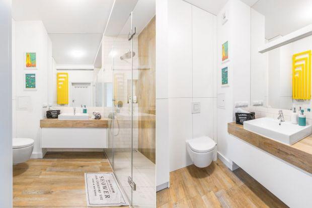 Lubimy urządzać łazienki w jasnych kolorach, które pozwalają rozświetlić wnętrze i powiększyć je optycznie. Zobaczcie różne wariacje nt. jasnej łazienki z polskich domów.