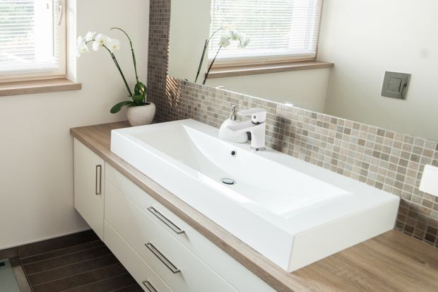 Jasne kolory połączone z drewnem to cechy charakterystyczne łazienek w stylu skandynawskim. Jakie wyposażenie zestawić z takim tłem, aby zachować skandynawski charakter wnętrza?