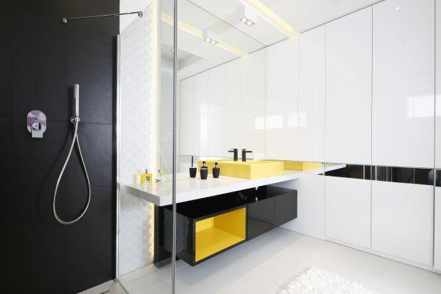 Wciąż najchętniej wybieramy meble łazienkowe wykonywane na zamówienie. Doskonałym rozwiązaniem są szafki pod sam sufit.