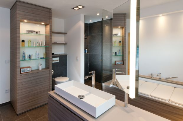 Jakie elementy oświetlenia należy zastosować, aby stworzyć przyjazne dla użytkownika środowisko łazienki? Odpowiada architekt Nicola Stammer.