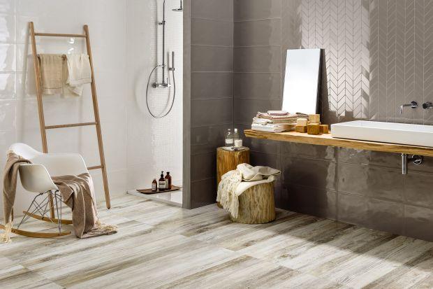 Błyszczące płytki ceramiczne to elegancki sposób na wykończenie ścian w łazience, a także patent na powiększenie jej optycznie.