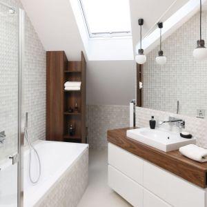 Biała łazienka ocieplona drewnem. Proj. Jan Sikora. Fot. Bartosz Jarosz