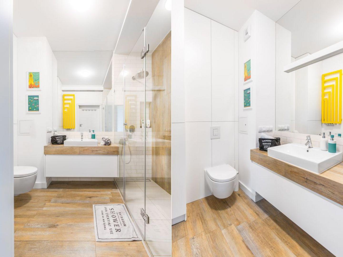Biała łazienka ocieplona drewnem. Proj. Decoroom. Fot. Pion Poziom