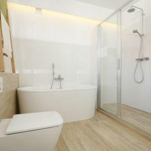 Biała łazienka ocieplona drewnem. Proj. Joanna Ochota. Fot. Bartosz Jarosz