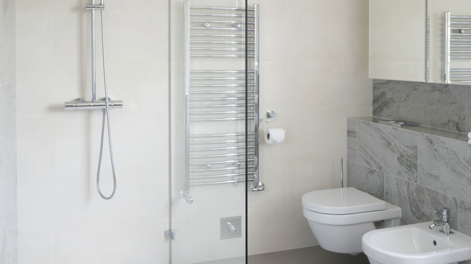 Strefa prysznica w narożniku. Proj. Ventana. Fot. Bartosz Jarosz