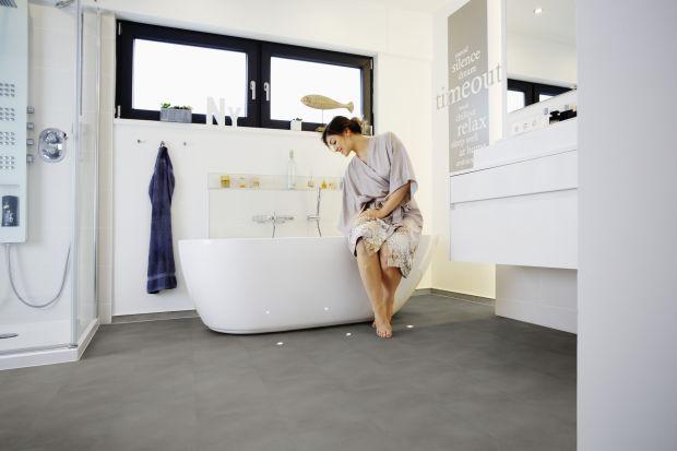 Podłogę w łazience można wykończyć na inne sposoby niż tylko za pomocą płytek. Jednym z dostępnym alternatywnych rozwiązań są panele winylowe.