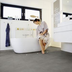 Aranżacja łazienki z panelami winylowymi na podłodze. Fot. Wineo