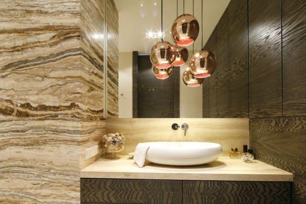 Rysunek kamienia na ścianach i podłogach w łazience dodaje wnętrzu szlachetności i elegancji. Zobaczcie na przykładach projektów z polskich domów.
