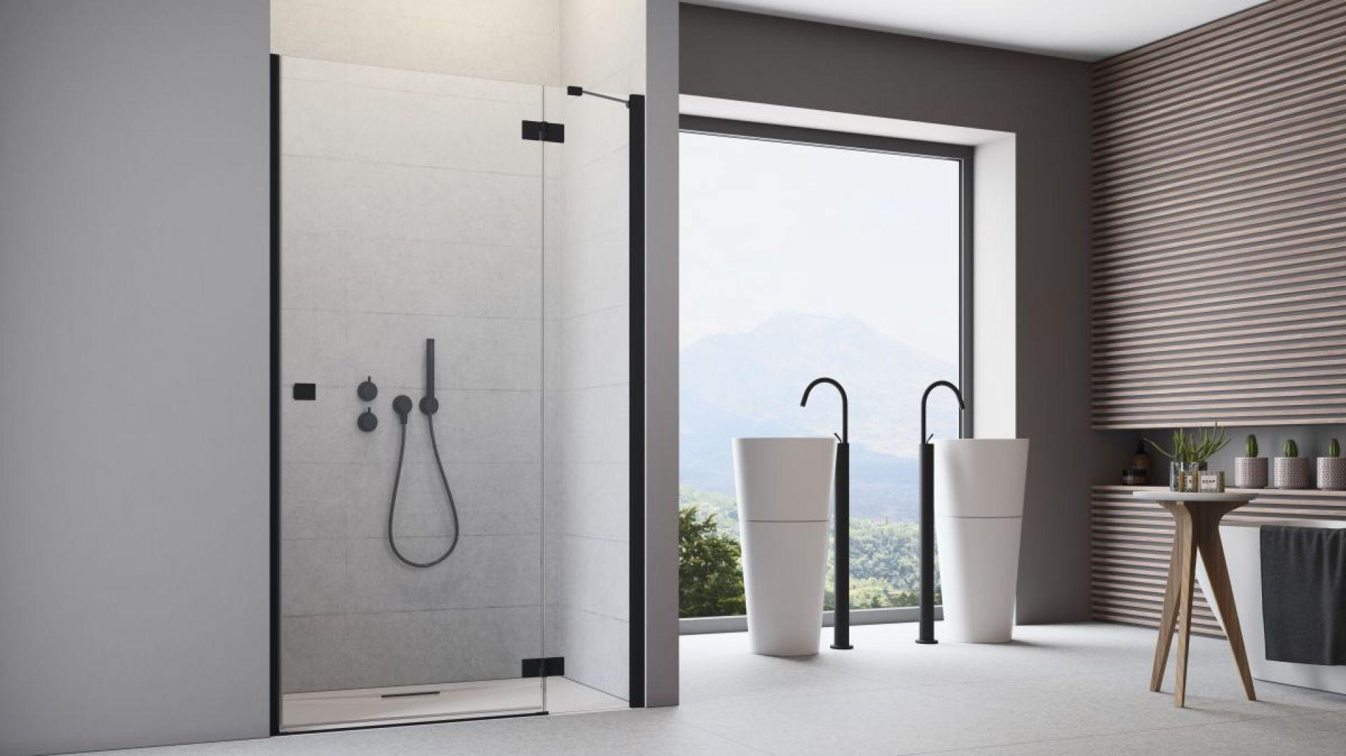 Pomysł na czerń w łazience: kabina prysznicowa z czarnymi profilami Essenza DWJ Black marki Radaway. Fot. Radaway