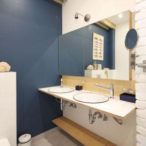 Poranną toaletę przed lustrem mogą wykonywać dwie osoby jednocześnie. Proj. Małgorzata Przybyła, Dawid Czyż. Fot. Bartosz Jarosz