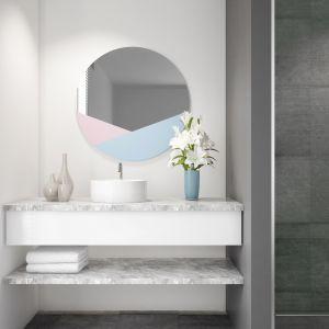 Lustro łazienkowe z efektownymi wstawkami z lakierowanego szkła Colorimo. Fot. Glasimo