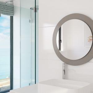 Lustro można wpisać w zdobną ramę wykonaną ze strukturalnego lakierowanego szkła Colorimo. Fot. Glasimo