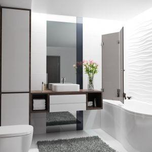 W ofercie marki Glasimo są również parawany nawannowe - praktyczne rozwiązanie dedykowane do niewielkich łazienek. Na zdjęciu parawan Giuseppe. Fot. Glasimo