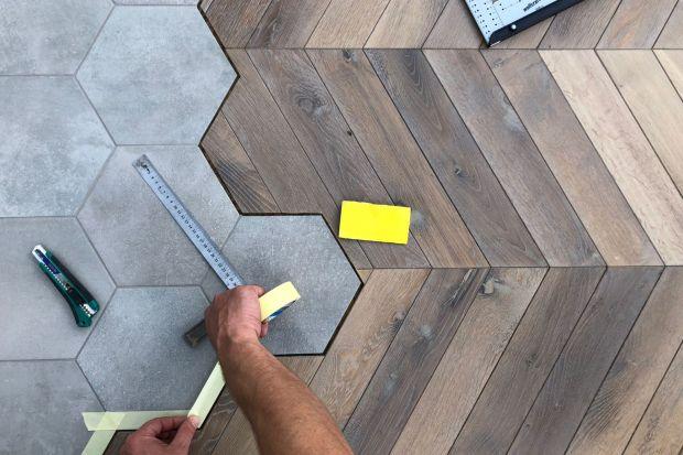 Łącznie heksagonów z drewnianą podłogą cieszy się coraz większym zainteresowaniem. O ile nie ma przeciwwskazań natury technicznej, to rozwiązanie daje nieograniczone możliwości, a rezultaty są fantastyczne!