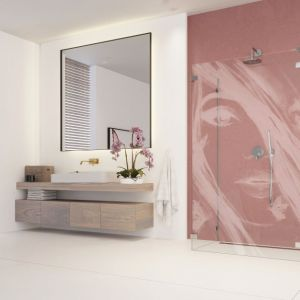 Grawer na szkle kabiny prysznicowej pozwala nadać łazience niepowtarzalny design. Możliwość wykonania graweru na kilku wariantach szkła: szkle przejrzystym, Ultra Clear, brązowym, grafitowym, Mirror. Na zdjęciu wzór Dziewczyna z motylami. Na zamówienie. Fot. Radaway