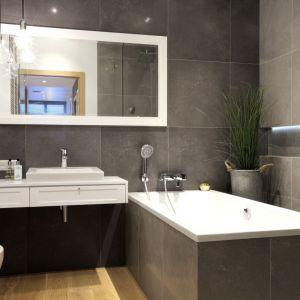 Wnęka w łazience podświetlona taśmą LED. Proj. Soma Architekci. Fot. Soma Architekci