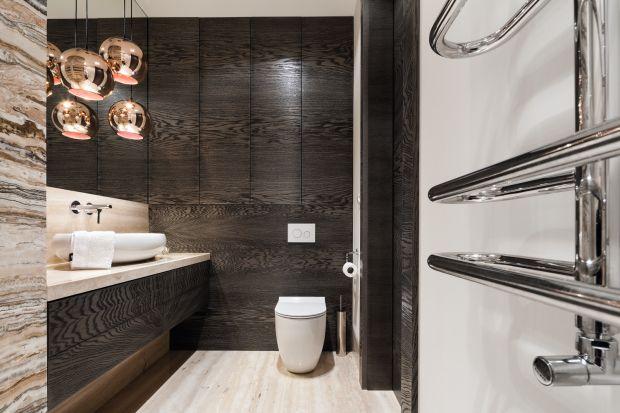 Jeżeli chcemy ocieplić wizualnie łazienkę i stworzyć w niej przyjemną atmosferę, sięgnijmy po rysunek i kolory drewna.
