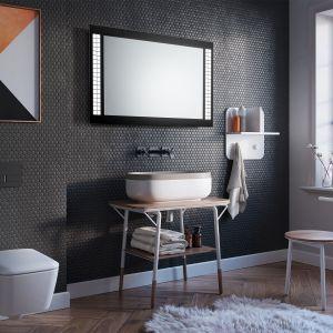 Lustro Cubi marki Ruke o nowoczesnej, geometrycznej formie, ze zintegrowanym oświetleniem w postaci rzędu regularnych kwadratów; dostępne również z przełącznikiem bezdotykowym, matą grzewczą i Bluetoothem. Fot. Ruke