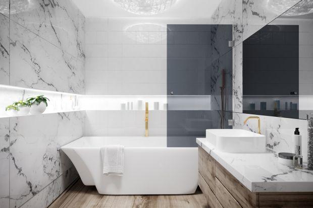 Właściciele małych łazienek często stają przed dylematem: wanna czy kabina? Tymczasem do dyspozycji mają również trzecią opcję - parawan nawannowy.