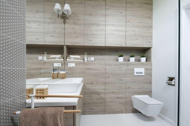 Sprawdzonym sposobem na wizualne ocieplenie łazienki są kolor i rysunek drewna. Zobaczcie jak wyglądają w polskich domach!