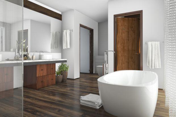Nie ma nic przyjemniejszego niż dotyk drewnianej podłogi po wyjściu z kąpieli. Dzięki drewnu nasza łazienka stanie się znacznie przytulniejsza i nabierze wyjątkowych walorów estetycznych. O czym warto pamiętać, aby zachować niepowtarzalny urok