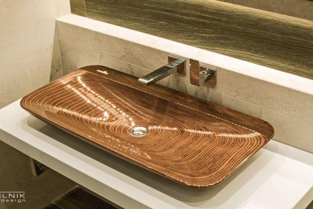 Chcąc dodać aranżacji łazienki lekkości i powiększyć ją optycznie, warto wybierać elementy wyposażenia o połyskującej powierzchni.