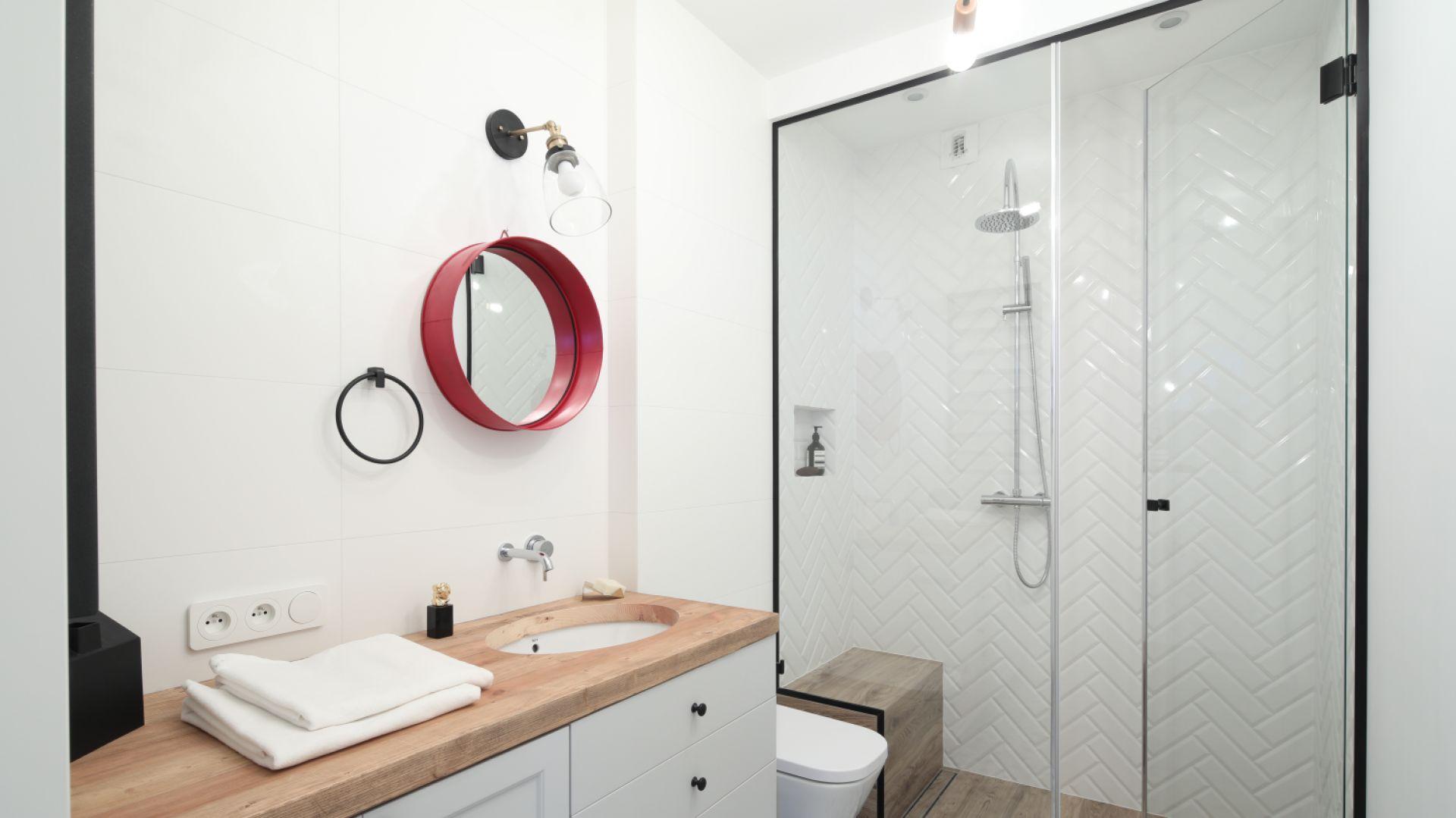 Pomysł na lustro łazienkowe: w efektownej kolorowej ramie. Proj. łazienki: Anna Krzak. Fot. Bartosz Jarosz