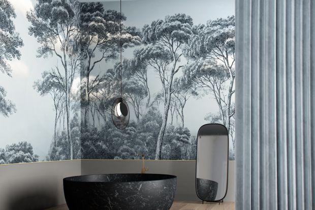 Ściany w łazience możemy wykończyć wieloma różnymi materiałami. Wśród nich również... tapetą. Wystarczy, że wybierzemy wariant wodoodporny, na przykład taki jaki oferuje znana włoska marka.