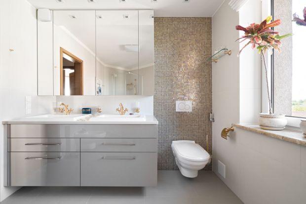 Pomimo mody na czerń we wnętrzach, w przypadku łazienek wciąż najchętniej sięgamy po jasne kolory. Zobaczcie jak zrobili to inni.