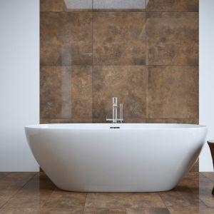 Aranżacja łazienki z wanną, dla której tłem są wielkoformatowe płytki gresowe z kolekcji Apenino rust. Fot. Cerrad