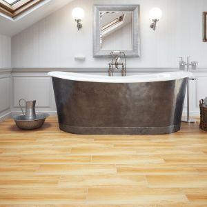 Podłoga o wyraźnym rysunku drewna np. z kolekcji Mustiq desert jest idealnym uzupełnieniem łazienki z wolnostojącą wanną urządzonej w stylu rustykalnym. Fot. Cerrad