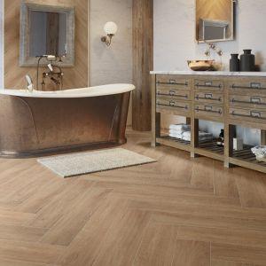 Łazienka urządzona w stylu rustykalnym z wolnostojącą wanną i płytkami jak drewno z kolekcji Catalea desert na podłodze. Fot. Cerrad